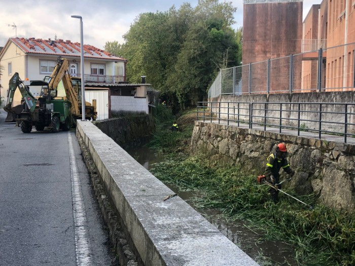 A Brigada forestal prosegue coa limpeza do tramo urbano do río Maior