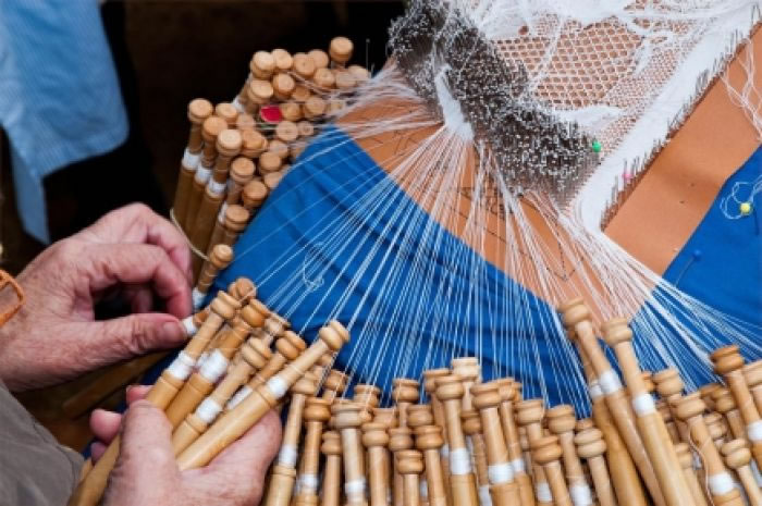 A primeira feira de oficios artesáns de sada arrinca con 30 expositores e numerosas actividades